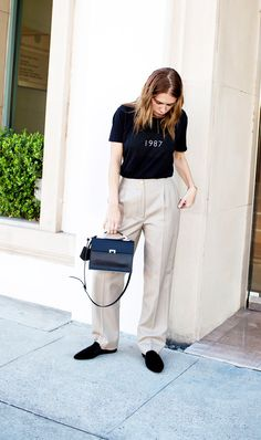 11 Simple Outfit Ideas That Will Be in Style Forever : T-shirt + Khaki Trousers + Loafers Smart Casual Outfit, Simple Outfits, Cool Outfits, Casual Outfits, Fashion Outfits, Women's Fashion, Fashion Styles, Winter Outfits, Back To School Outfits
