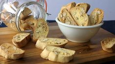 Mandlové sušenky cantuccini: pravý italský recept Dip, Goodies, Bread, Food, Sweet Like Candy, Salsa, Gummi Candy, Brot, Essen