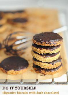Biscotti Digestive ricoperti di cioccolato ~ fiordizucca - cibo, ricette, viaggi, travel, recipes, food, italian and international