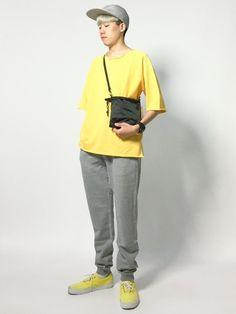 イエロー×グレーでまとめた、ストリートコーディネートです。 今回着用しているTシャツとスウェッ