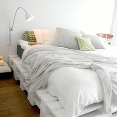 A pallet bed. Terrific idea! Wooden pallets can be found everywhere. Especially in a warehouse district. I might try this.