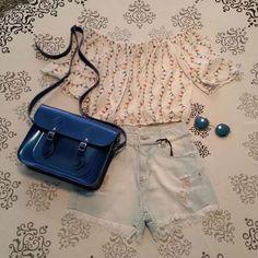 Dica de look: short jeans + tomara que caia com mangas + oculos azul redondo + bolsa Mônica Croisfelt® satchel carteiro transversal 11'' azul metálico #ootd #lookdodia #dica #fashion