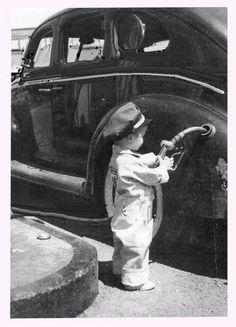 Kid pumping gas in old timey photo Vintage Children Photos, Vintage Pictures, Old Pictures, Vintage Images, Old Photos, Vintage Abbildungen, Photo Vintage, Vintage Kids, Antique Photos