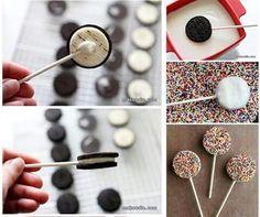 Abrimos la oreo, ponemos un palito, cobertura de chocolate y fideos de colores....listas para degustar estas divertidas piruetas!