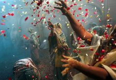 Holi festival in India - Framework - Photos and Video - Visual Storytelling from the Los Angeles Times