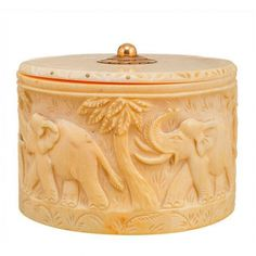 CAJA EN MARFIL Caja en marfil decorada con elefantes tallados. Con detalle dorado en la tapa. Medidas: 6,8 x 10 x 7,5 cm. Peso: 225gr.