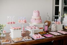 those white square dessert platters look like a DIY project... Candy table ideas for baby shower Bases de madera como columnas cuadradas