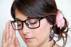 Maquillaje Para Chicas Con Lentes.  Creo que todas nosotras las mujeres sabes que en el maquillaje, menos es más, y si en tu caso utilizas lentes no significa que tienes poquitas opciones. Solo necesitas estudiar muy bien tu rostro y el tipo de anteojos ... Ver más aquí: https://maquillajedefantasia.com/maquillaje-para-chicas-con-lentes/
