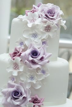 Rachelles Beautiful Bespoke Cakes, Love the lavender tones in the cascading flowers.