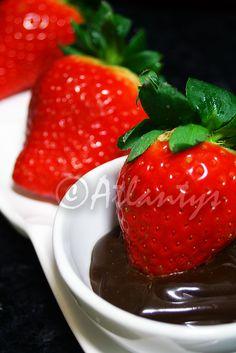 Ingredientes   Morangos   100gr. de chocolate preto   1dl. de natas     Preparação   Num tachinho colocam-se as natas e o chocolate part...