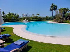 Piscina natural desbordante con revestimiento HYDRAZZO, by Piscinas Godo. http://piscinasgodo.com/proyectos/proyecto-hydrazzo-marbella/