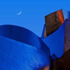 ***Luna creciente sobre el titanio #Guggenheim #Bilbao #Euskadi #Basquecountry Foto Carlos Gotay Crescent Moon Over Bilbao by Carlos Gotay on 500px