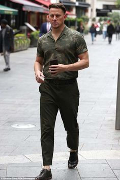 Channing Tatum looks effortlessly suave as he strolls around London in a khaki ensemble Business Casual Men, Men Casual, Formal Men Outfit, Men Formal, Stylish Mens Outfits, Mens Fashion, Fashion Trends, Male Summer Fashion, Gothic Fashion