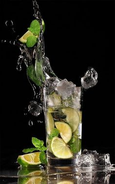Perfect shot of this mojito. High Speed Photography, Splash Photography, Fruit Photography, Still Life Photography, Photo Fruit, Fruit Picture, Splash Fotografia, Flaming Cocktails, Mojito
