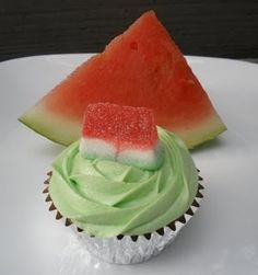 """""""Watermelon"""" Cupcakes using strawberry (or cherry chip) cake mix, mini chocolate chips, and green food coloring for your white icing! For toppers ; Yummy Treats, Delicious Desserts, Sweet Treats, Yummy Food, Cupcake Recipes, Cupcake Cakes, Dessert Recipes, Cherry Chip Cake Mix, Watermelon Cupcakes"""
