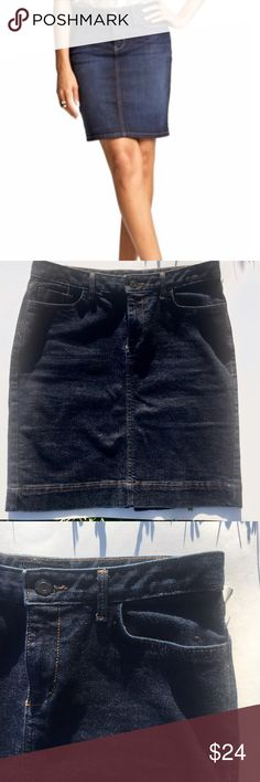 Banana republic denim skirt Great denim skirt! Denim skirts are trendy and this is definitely one you will want in YOUR closet and the best thing about this already incredible skirt is.... POCKETS!!!! A girl can never have enough pockets 😉 Banana Republic Jeans