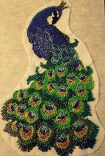 Bordado com Lantejoulas. ou Embroidered With Sequins. Beading Projects, Beading Tutorials, Beading Patterns, Ribbon Embroidery, Embroidery Designs, Beaded Animals, Peacock Feathers, Beads And Wire, Bead Art