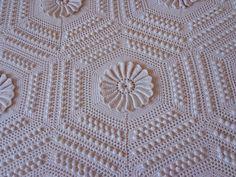 Risultati immagini per colchas de croche Filet Crochet, Crochet Lace, Crochet Bedspread Pattern, Weaving Art, Afghan Crochet Patterns, Crochet Projects, Cross Stitch, Quilts, Knitting