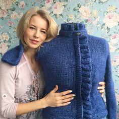 """Немного похулиганили с моей """"моделью"""". Жакет Baudelaire, дизайн не мой, связан из пряжи Шале от Сеам- мягкой, тёплой и искрящейся✨. ----------------- #knitting_inspiration #i_loveknitting #роскошь #кофта #пряжа #knitting #oversize #оверсайз #эксклюзив #вязаныйкардиган #кардиган #модно #вяжутнетолькобабушки #вяжу #свитер #вязание #вязаниепермь #пермь #вязаниеназаказ #вяжуназаказ #пермьактивная #стильнаяодежда #вязаныевещи #вязанаяодежда #стильно #модныйобраз #beauty"""