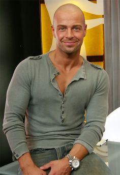 And why Joey Lawrence net worth is so massive? Joey Lawrence net worth is definitely at the very top level among other celebrities, yet why? Joey Lawrence, Bald With Beard, Bald Man, Bald Men Style, Moda Formal, Latino Men, Hunks Men, Hommes Sexy, Most Beautiful Man