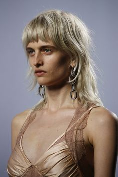See detail photos for Alexander Wang Spring 2016 Ready-to-Wear collection. Modern Mullet Haircut, Hair Inspo, Hair Inspiration, Medium Hair Styles, Short Hair Styles, Mullet Hairstyle, Laetitia, Grunge Hair, Hair Today