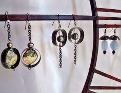 Boucles d'oreilles bijoux contemporains en fer recyclé, perles d'eau douce baroque, perles de nacre et de verre.
