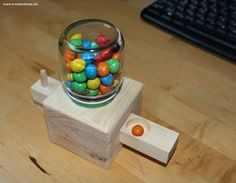 bonbon machine build www. build candy machine www. Diy Craft Projects, Wood Projects, Projects To Try, Woodworking Shop, Woodworking Projects, Diy For Kids, Crafts For Kids, Wood Crafts, Diy And Crafts