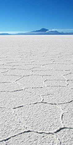Salar de Uyuni, Bolivia –Natural Beauty in South America  Es importante que protejan este campo de sal. Por eso, esta tierra es una reserva natural.