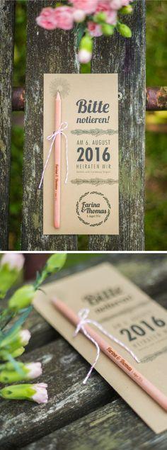 Hochzeitseinladung oder Save the Date mit individuell graviertem Holzstift.