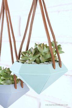 Create these unique Diamond Hanging Planters #diy #crafts, pineado por H A B I T A N 2 http://habitandos.blogspot.com.es