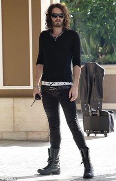 THE Fashion Icon for men: Russell Brand Russell Brand rocks, his style is very Bohemian/rock star/EMO Bad Fashion, Unisex Fashion, Mens Fashion, Fashion Outfits, Cheap Skinny Jeans, Skinny Pants, Mode Alternative, Alternative Fashion, Style Masculin