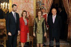 スペインの首都マドリードの宮殿で(右から)国王フアン・カルロス1世(King Juan Carlos)、ソフィア(Sophia)王妃、レティシア皇太子妃(Princess Letizia)、フェリペ皇太子(Prince Felipe、2009年12月3日撮影)。(c)AFP/Pedro ARMESTRE ▼2Jun2014AFP|スペイン国王が退位、後継はフェリペ皇太子に http://www.afpbb.com/articles/-/3016590 #Juan_Carlos_I_of_Spain #Queen_Sofia_of_Spain #Prince_Felipe #Princess_Letizia