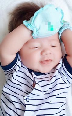 Vài phút trước trên 2 fanpage Elly's Babies và Elly Tran đã đăng một bức ảnh đầu tiên về cậu bé Alfile - con trai của Elly Trần - cậu bé hot nhất trong những ngày vừa qua. Bức ảnh đăng len như ngầm...