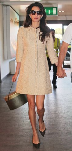 The ever-beautiful Amal Clooney is an effortless ladylike style icon, from day to night. Amal Alamuddin Style, Amal Clooney, George Clooney, Quirky Shoes, Modern Outfits, Fashion Gallery, Vogue, Style Guides, Ideias Fashion
