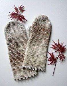 Vantar i Silk garden sock Damstorlek Detta behöver du: Virknål 3-3,5 (22 fm/10 cm) 1 nystan noro silk garden sock Vantarna virkas runt med...