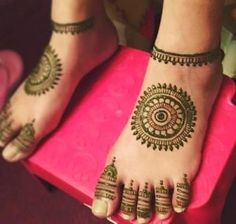 Give a perfect touch to your bridal appearance by having beautiful and simple mehndi designs for legs. These bridal mehandi designs for feet/foot will surely bring you tons of attention! Henna Hand Designs, Eid Mehndi Designs, Mehendi Designs For Kids, Leg Mehendi Design, Round Mehndi Design, Mehndi Designs Finger, Henna Tattoo Designs Simple, Indian Henna Designs, Leg Mehndi