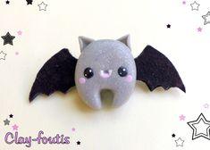 Broche fimo et feutrine kawaii geek chauve-souris grise et noire. : Broche par clay-foutis