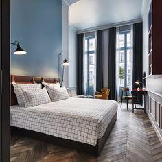 Une chambre toute bleue et tres lumineuse au Hoxton hotel, la nouvelle adresse british à paris
