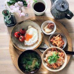 作りおき➕あるもので朝ごはん by くんきんさん | レシピブログ - 料理ブログのレシピ満載! 朝ごはん*目玉焼き*切り干し大根の煮物*塩らっきょう*梅干し *のっけご飯(焼き鮭のほぐし身、炒り胡麻)*味噌汁(新じゃが) 作りおきのおかずは切り干し大根の煮物のみで、あとは完食。今週は残業続きで、...