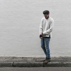 クルーネックセーター×デニムパンツ×ブーツ