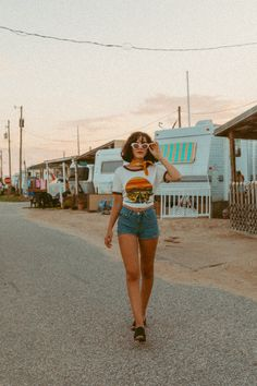 photoshoot Hey honey, take a walk on the wild side sierra.ope in our Joshua Tree ringer tee, shot by katieslater_photography Desert Aesthetic, 70s Aesthetic, Aesthetic Vintage, Aesthetic Clothes, Aesthetic Fashion, 70s Inspired Fashion, 70s Fashion, Vintage Fashion, Hippie Fashion