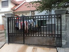 45 Picture Of A Minimalist Railing Trellis Model Wrought Iron Driveway Gates, Front Gates, Entrance Gates, House Fence Design, Door Design, Iron Main Gate Design, Boundary Walls, Grades, Minimalist Home