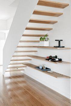 Tolle Treppe aus Holz mit weißer Wange. #stairs #treppenhaus #treppe #flur #haus #architektur