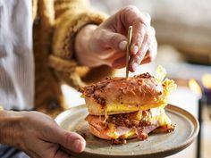 Kaas-ham-ei-broodjes uit de oven - Libelle Lekker Deze hartige broodjes kun je een dag van tevoren maken en bewaren in de koelkast. Salmon Burgers, Hamburger, Brunch, Ethnic Recipes, Lunches, Food Ideas, Egg As Food, Eat Lunch, Burgers