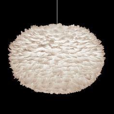Suspension Eos Designer : William Ravn Matières : Structure : en polycarbonate Diffuseur : en papier habillé de plumes d'oiseaux cousues main Câble d'...