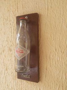 Garrafa Hostórica de Coca-Cola em Suporte de Madeira Envernizada
