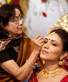 Every bride wants to look stunning and dazzling on her wedding day. Take a look at the shots of real Indian brides as they get ready for their wedding day and - Page 3 Bengali Wedding, Bengali Bride, Wedding Bride, Dream Wedding, Wedding Ideas, Bridal Beauty, Bridal Makeup, Wedding Checklist Detailed, Wedding Rituals