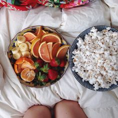 Healthy snack / stove popped pop corn and fruit I Love Food, Good Food, Yummy Food, Tasty, Healthy Snacks, Healthy Eating, Healthy Recipes, Healthy Fruits, Food Goals