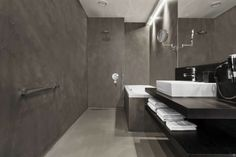baño estrecho con paredes grices