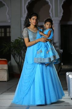 Mom And Daughter Matching Outfits - Indian Fashion Ideas Mom Daughter Matching Outfits, Mommy Daughter Dresses, Mom And Baby Dresses, Kids Party Wear Dresses, Mother Daughter Fashion, Dresses Kids Girl, Baby Fancy Dress, Kids Blouse Designs, Kids Frocks Design